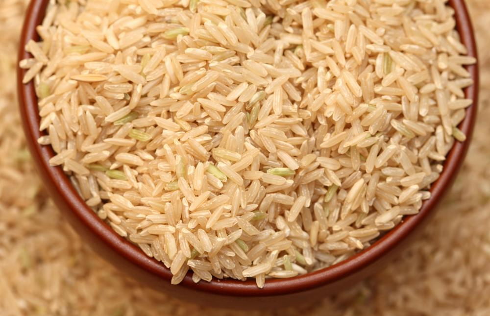 Both brown and white rice lose much of their fiber when their husks are removed, but brown rice, which is not milled and polished, still retains a small amount of fiber.